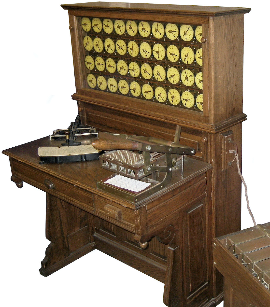 Reproduction of Hollerith's punch card devices, on top the counting clocks, on the table on the left a punching device, on the right the device for scanning the punch cards - image: Adam Schuster (CC BY 2.0), detail, exempted