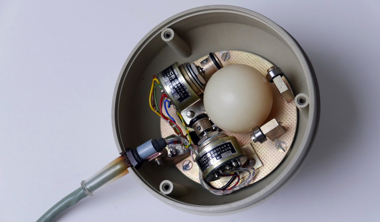The inner workings of the German rolling ball control - picture courtesy of Jürgen Müller (http://www.e-basteln.de)